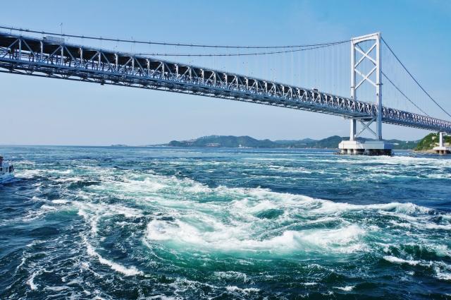 風光明媚な鳴門海峡と渦潮