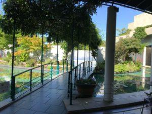 大塚国際美術館、「モネの大睡蓮」へつながる橋。展示スペースへは、睡蓮が咲く池に架かる橋を渡って進みます。