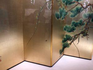 皇室ゆかりの美術展 下村観山作「老松白藤」(部分) (山種美術館所蔵) 中央にくまばちが…