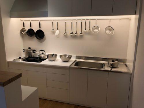 柳宗理デザイン研究所、 キッチン用品の展示。