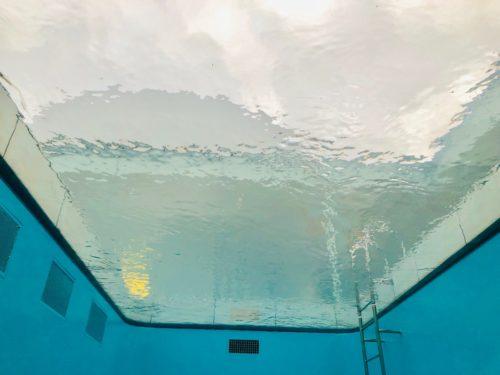 金沢21世紀美術館 「スイミング・プール」 水底から水面を見上げてみる。