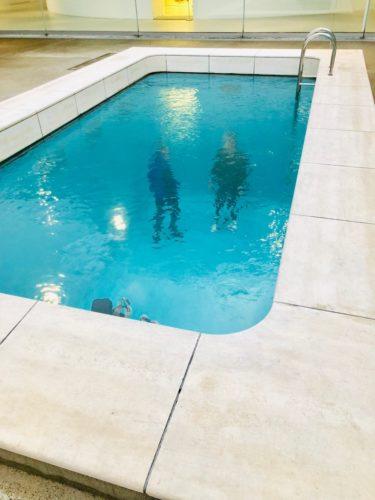 金沢21世紀美術館 「スイミング・プール」 水面には常に細かい波が立っている。