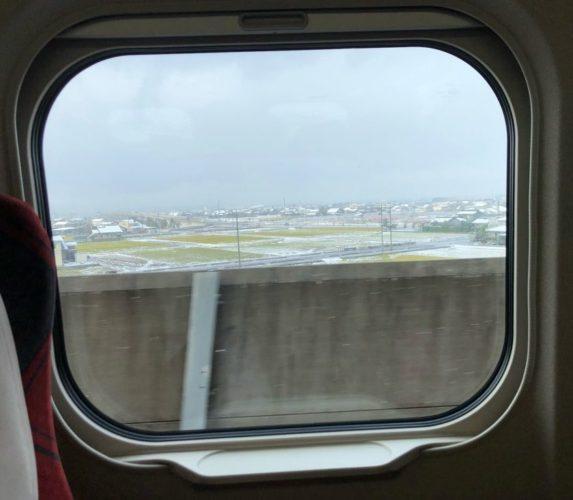 金沢、初雪の日。 北陸新幹線の車窓から見えたのは雪景色。