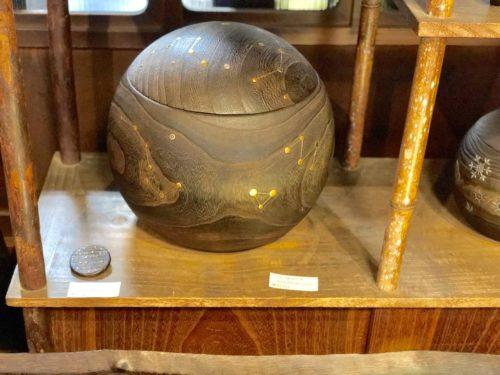天球儀のような蒔絵が施された、美しい「まんまる火鉢」。