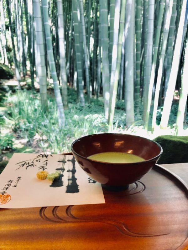 休耕庵にて、抹茶とお菓子をいただきながら竹林を楽しむ。 お盆は鎌倉彫。