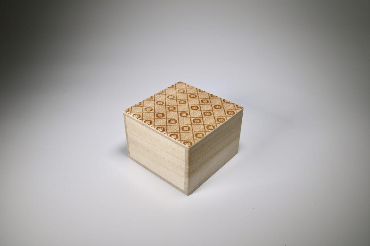 目細八郎兵衛商店の裁縫セット。 手のひらサイズ(7cm四方)の桐箱に入っています。