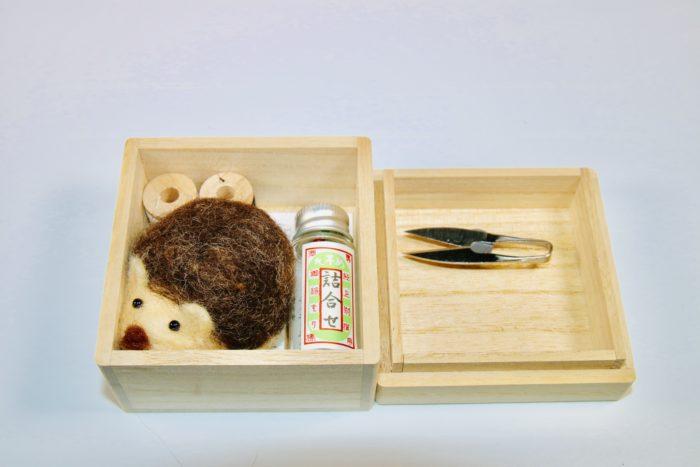 目細八郎兵衛商店のハリネズミ裁縫セット。 桐箱の蓋を開けるとこんな感じ。
