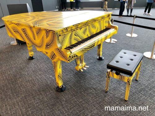 東京都庁・南展望室に設置された 「おもいでピアノ」 (筆者撮影)
