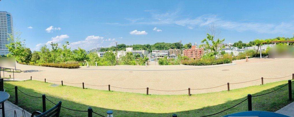 スターバックスコーヒー二子玉川公園店からの眺望。 (奥に見える森林が五島美術館)