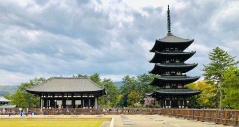 興福寺東金堂(左、国宝)と五重塔(右、国宝)