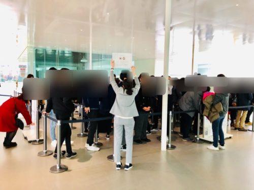 金沢21世紀美術館 正面入口 チケット売場の行列。