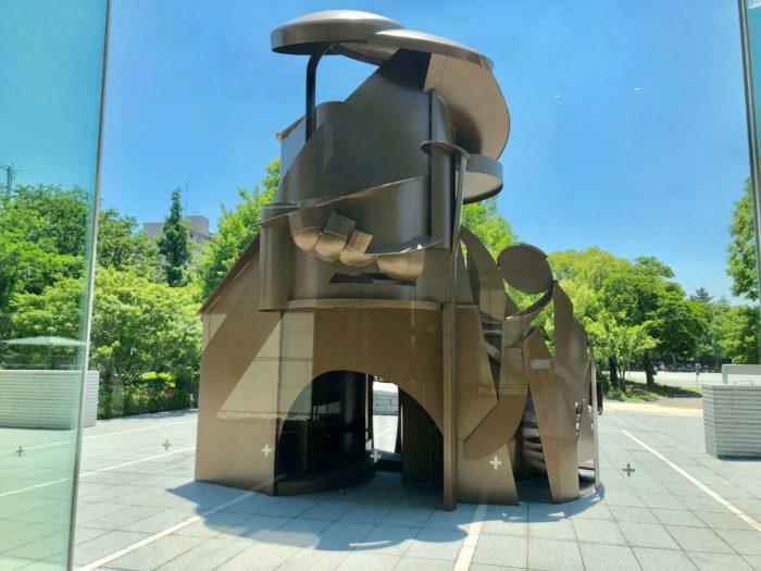 屋外展示作品 「発見の塔」(アンソニー・カロ作)東京都現代美術館
