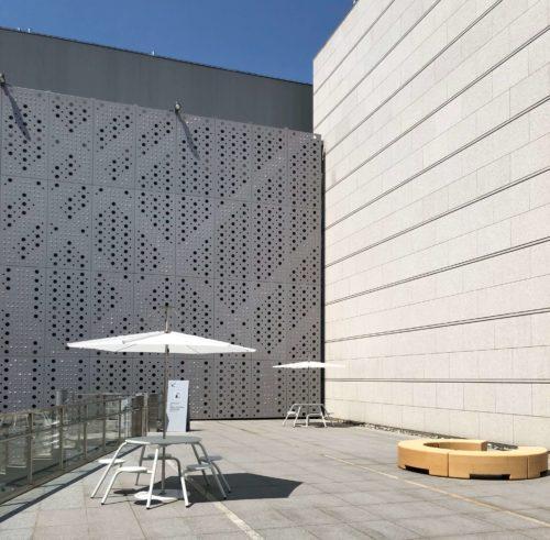 東京都現代美術館 中庭のくつろぎスペース。