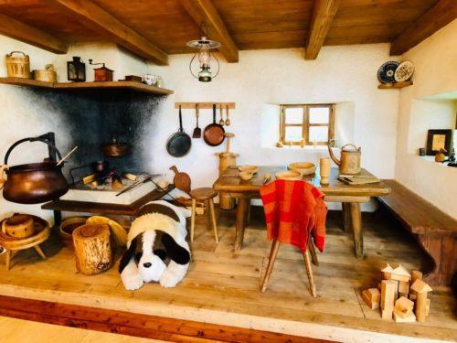 本展入り口にある、「アルプスの少女ハイジ」おんじの小屋の中を再現したセット。ヨーゼフが寝ている…!
