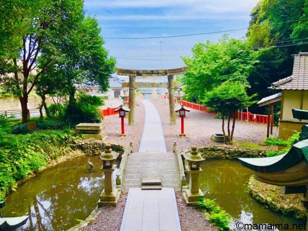 中津宮から海とフェリー乗り場の桟橋を臨む。