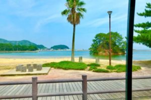 宗像大島は、世界遺産と美しい海やビーチを持つ「神守る島」