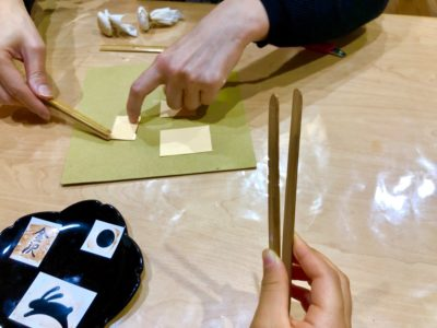金箔を載せる工程。スタッフの方によるデモンストレーション。
