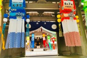 中津宮社殿入口。七夕祭りの装飾が美しい(8月上旬のみ)。
