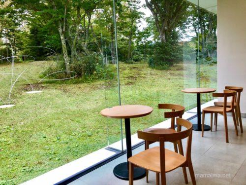 ミュージアムカフェからの眺め。屋外の作品は「うつろひ」(宮脇愛子作、1981年)