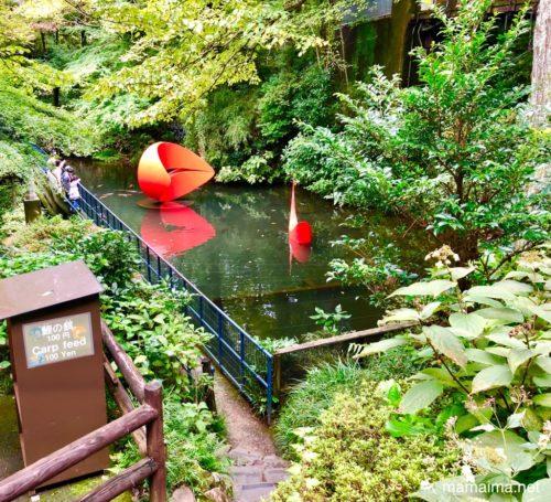 池に浮かぶ彫刻と鯉のエサ自販機(彫刻の森美術館)